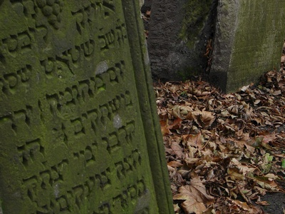 Hebrew writing only on the tombs no Czech