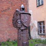 Warsaw: Who's this strange metal character