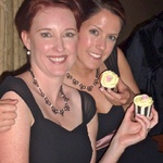 Lisa and Nat show off their cupcakes